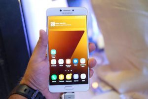 Samsung Galaxy C7 Display 1